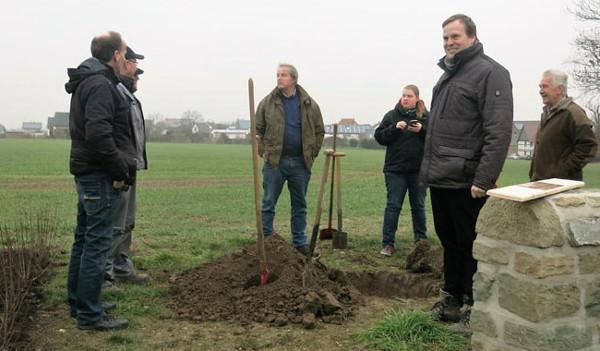 Eine Eiche wird für Martin Hufelschulte gepflanzt