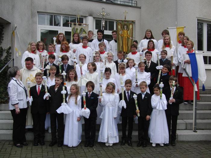 25 Westönner Kinder emfingen das Sakrament der Heiligen Kommunion.