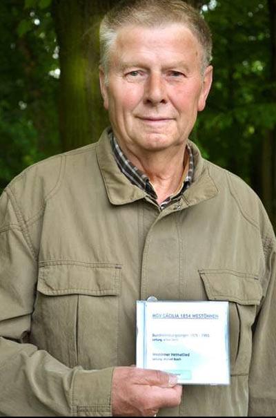 Hubert Wittenbrink präsentiert die Aufnahme mit dem Westönner Heimatlied