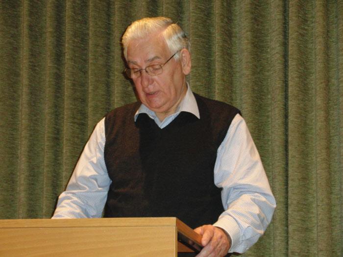 """Mit dem Gedenkbuch """"Gegen das Vergessen"""" hat Autor Ferdi Newe den Opfern der Kriege wieder ein Gesicht gegeben. Westönnen Online ist als Herausgeber beteiligt."""