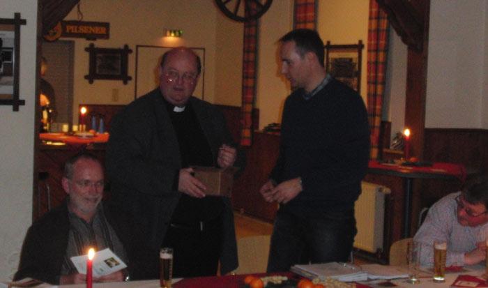Die Pfeile für die Sebastinanusstatue überreicht Propst Michael Feldmann stellvertretend für die Pfarrgemeinde passend vor Weihnachten.