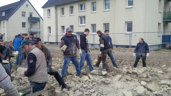 Westönner Schützenbrüder sicherten sich Steine aus einem Abbruch (Foto: Anzeiger)