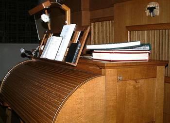 Der Spieltisch steht seit 1994 in der Mitte der Orgel.