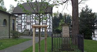 Auf dem Kirchplatz steht noch ein Denkmal des adeligen Haus Lohe, das früher hier einen Totenkeller hatte.