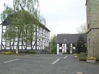 Kirchplatz mit Pastorat.