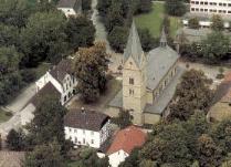"""Im Vordergrund mit dem roten Dach das """"Christophorusheim"""", links daneben das heutige Pfarrhaus."""