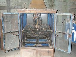 1870 erhielt die Kirche auch eine Uhr ohne Ziffernblatt. Das alte Uhrwerk befindet sich noch im Glockenturm. Heute hat unsere Kirche keine Uhr mehr.