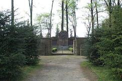 Das Westönner Ehrenmal auf dem früheren Friedhofsgelände.
