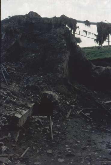 An der Lanner der gebrochene Straßendamm