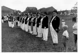 Abnahme der Parade auf dem Sportplatz