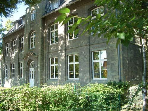 Da ist einmal das alte Schulgebäude von 1904