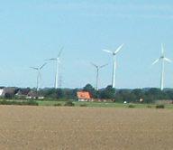 Neu sind auch die Rotoren im Hintergrund, die heute Strom erzeugen.