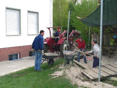 Mit tatkräftiger Unterstützung der Kindergartenväter wurden die u.a. die Sandgruben hergerichtet.