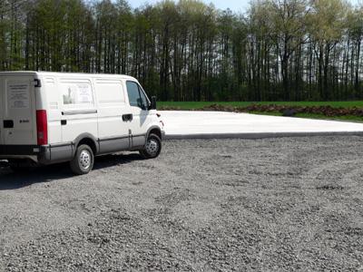 Die Bodenplatte für die beiden Silos ist bereits fertig gestellt, die Waage wird einige Meter davor gebaut.