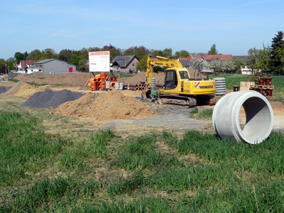 Die Entwässerungsarbeiten am neuen Baugebiet lassen gute Fortschritte erkennen.
