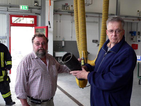 Löschgruppenführer Udo Clemens und Hubert Post bei der Vorführung der technischen Ausrüstung im neuen Gerätehaus