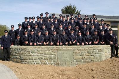 Die aktiven Feuerwehrleute zusammen mit der Ehrenabteilung im Mai 2007
