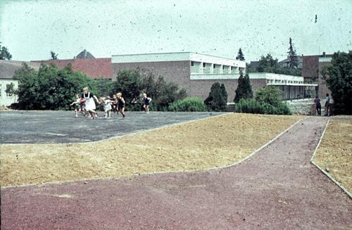 1963 Der Spielplatz Schule im Hintergrund