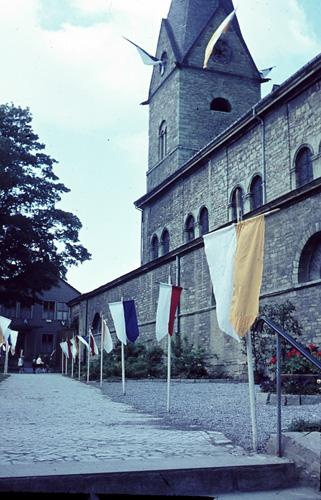 Die Kirche im Flaggenschmuck