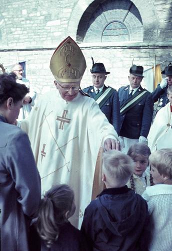Der Kardinal erteilt seinen Segen