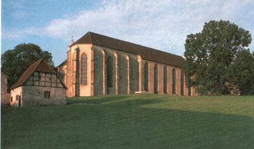 Die Kirche, im Vordergrund die Klosterschmiede