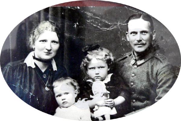 Maurer und Maler Hubert Bungart mit Ehefrau und zwei seiner Kinder.