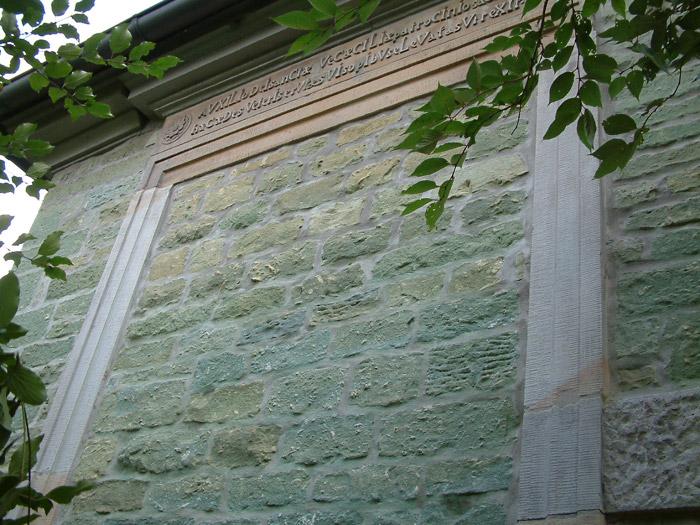 Die zugemauerte Tür, man beachte die Ummauerung. Ein Foto von 2007