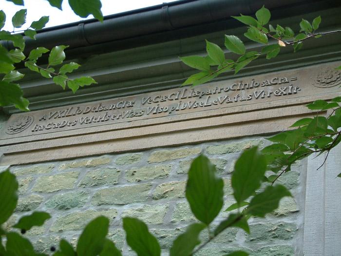 Die Inschrift wurde an einigen Stellen ausgebessert. Ein Foto von 2007