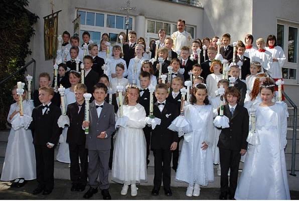 Bei strahlendem Sonnenschein und dem 80. Geburtstag von Papst Benedikt XVI empfingen 41 Kinder aus dem Kirchspiel Westönnen das Sakrament der Hl. Erstkommunion.