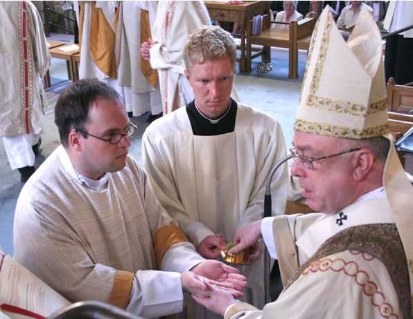 Das Sakrament der Priesterweihe spendete am Pfingstsamstag Erzbischof Hans-Josef Becker den Diakon Patrick Wegener aus Westönnen.