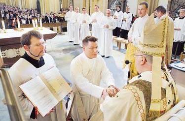 Der ebenfalls geweihte Vikar Uwe Kolkmann wird Nachfolger des scheidenden Uwe van Raay