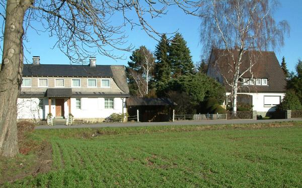 Rechts das Haus Westerhoff, links der Stamm der Kastanie heute
