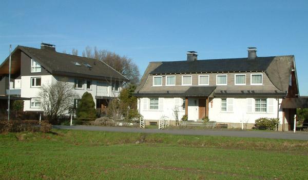 Links das Haus Schackenberg von 1972