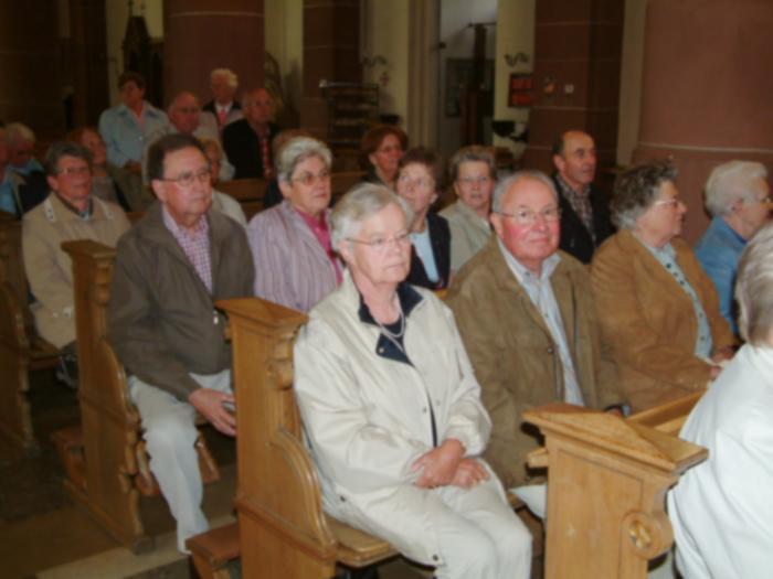 Andächtige Beter in der Kirche