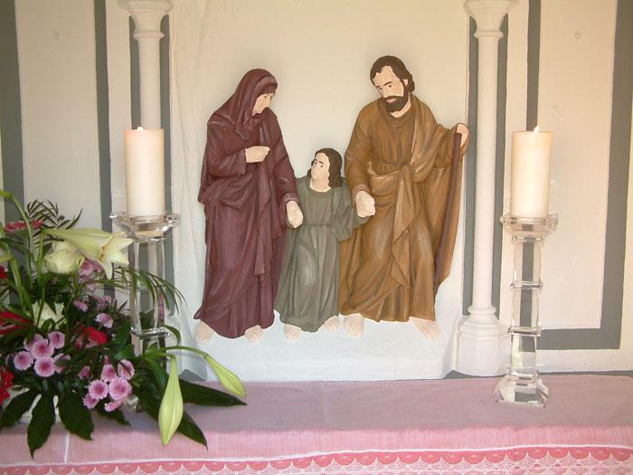 Die heilige Familie als Relief in der Rückwand der Station