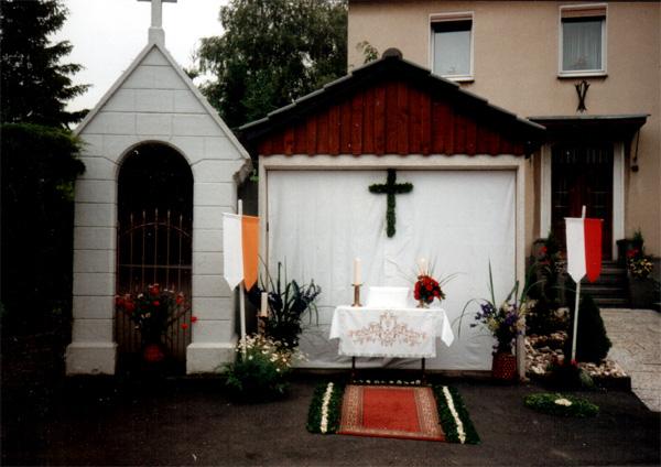 Der Altar vor der Garage