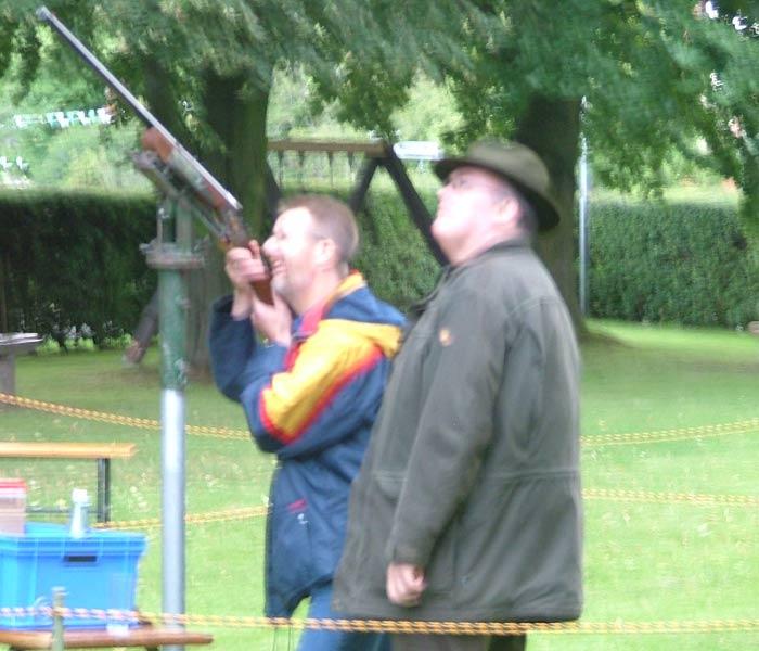 Ehrenkommandeur Christian Keweloh beim ersten Schuss