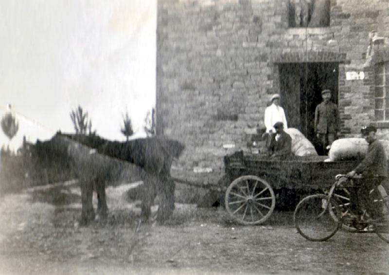 Bauer Hufelschulte vor der Mühle