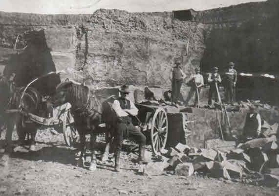 vor dem Pferd mit der Sturzkarre der Gespannführer Karl Schröder