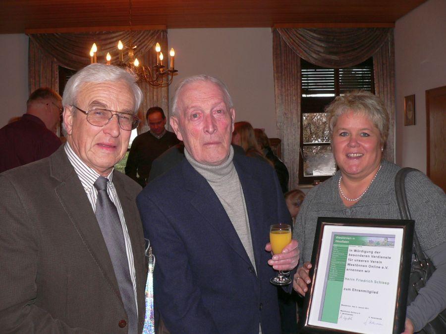 v.li. Dieter Holtheuer, Friedrich Schleep, Jutta Hellermann, 2. Vorsitzende von Westönnen Online e.v.