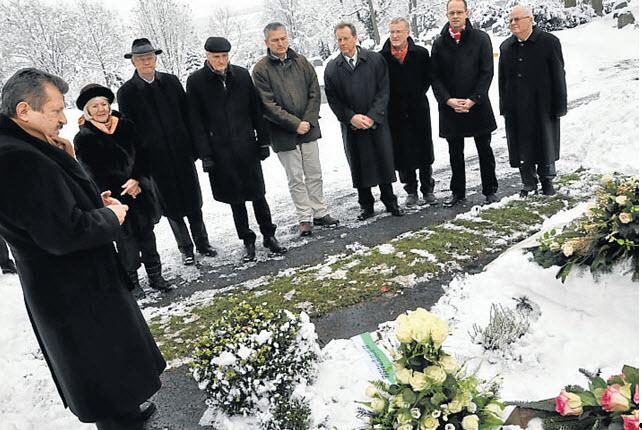 CDU-Kreischef Walter Arnold (links), Dreggers Witwe Dagmar und heimische Parteifreunde am Grab des bekannten Politikers. Aufnahme vom 10.12.2010