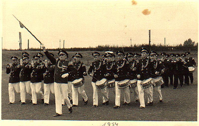 Das Tambourcorps Einigkeit 1954 bei der Parade vom Westönner Schützenfest auf dem Sportplatz