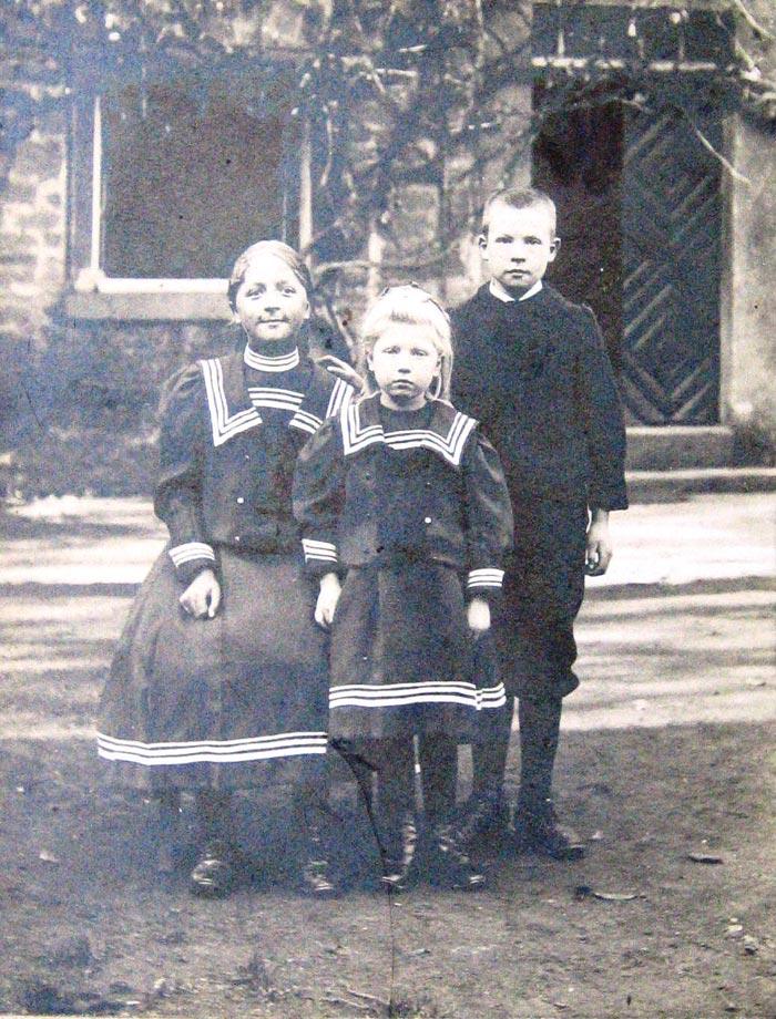 drei Kinder Asshoff vor dem Haus in der Walbke-Str.