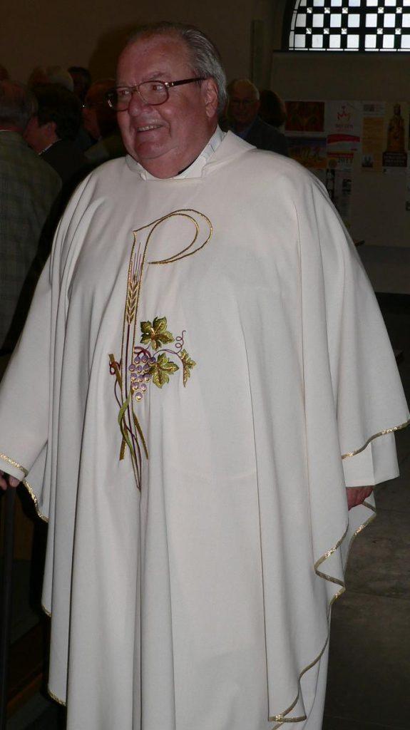 Pastor Spannenkrebs bei dem feierlichen Einzug in die Westönner Pfarrkirche