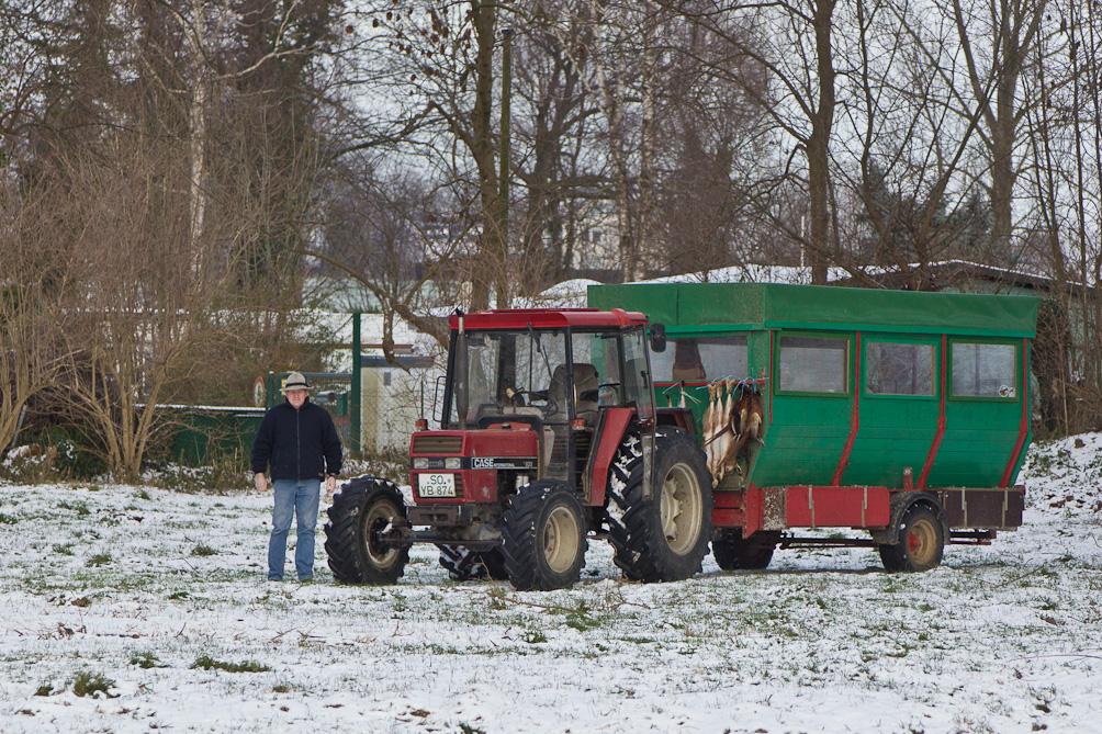 Mit dem Jagdwagen werden die Jäger in Feld und Flur gefahren.