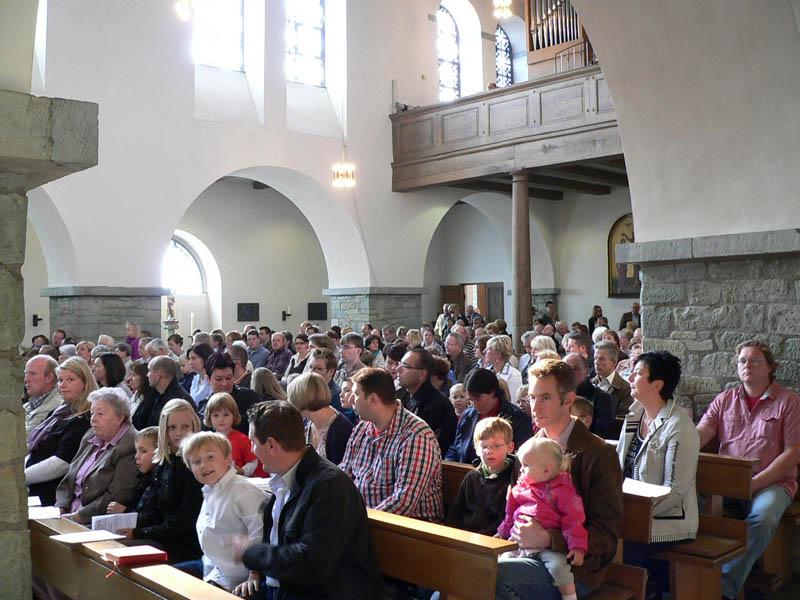 Die gut gefüllte Kirche beim Festgottesdienst.