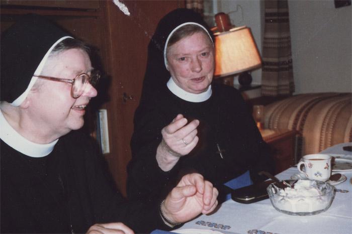 Schwester  M. Traudlinde  u. Schwester  M.  Clementis, die Ordensschwestern, welche die meiste Zeit ihres Ordenslebens in unserem Westönnen gelebt und gewirkt haben.  Sr. Traudlinde starb am 15. Juli  1995 in Arnsberg-Oeventrop und wurde, wie Sr.  Clementis auch, auf dem dortigen Friedhof beigesetzt.