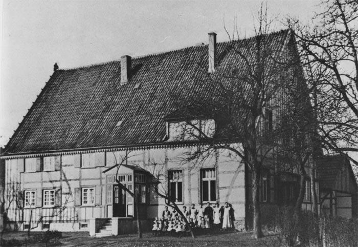Das 1829 erbaute Büscher'sche Bauernhaus diente ab 1912 den Ordensschwestern als Unterkunft, Kinderverwahrschule und Nähschule.  Da das Haus den damaligen Anforderungen nicht mehr entsprach, wurde es, nachdem ein Neubau erstellt war, am 21. und 22. Januar 1964 abgebrochen.