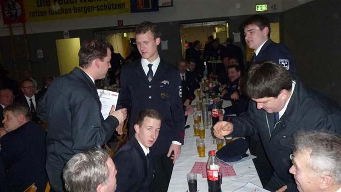 die Westönner Kameraden gratulieren Christoph Müller zur Beförderung.
