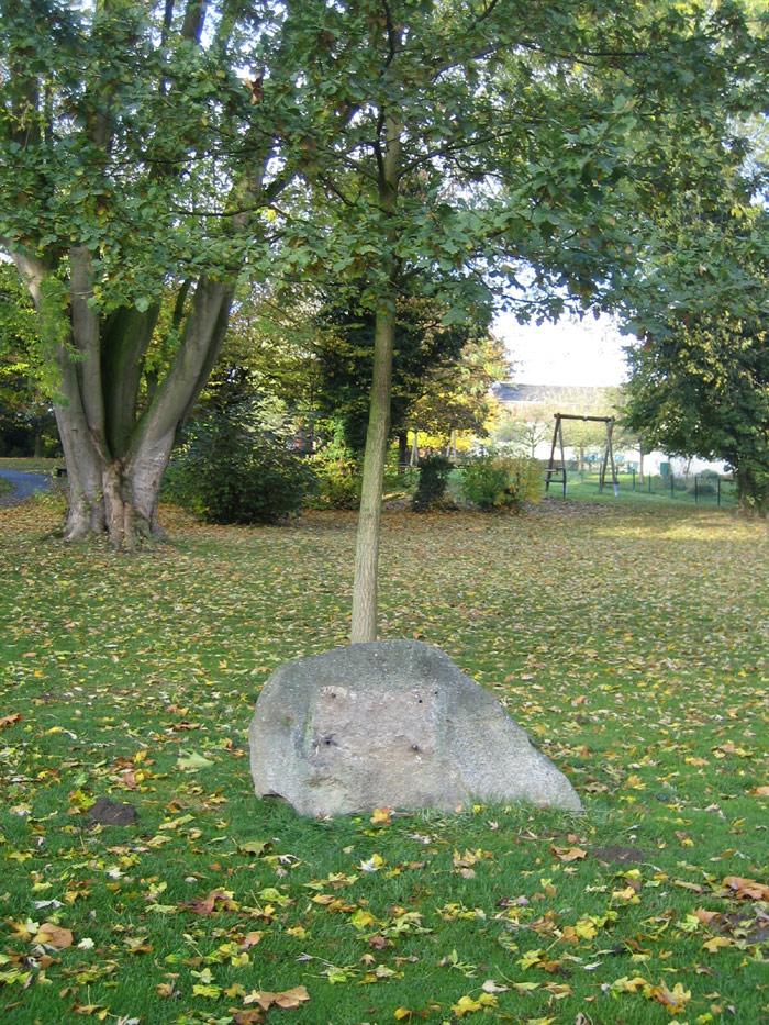 Findling im Park nach dem zweiten Diebstahl